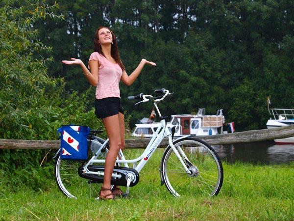 De luxe Fryslân Fiets, voor Friesland Holland gemaakt door Gazelle in Dieren, maakt deel uit van het wittefietsenproject van het bureau voor toerisme Friesland Holland. Deze foto's zijn in de stromende regen gemaakt bij paviljoen Driewegsluis bij de Linthorst Homansluis in Nijetrijne. Fotomodel: Anneke van Aalsum.
