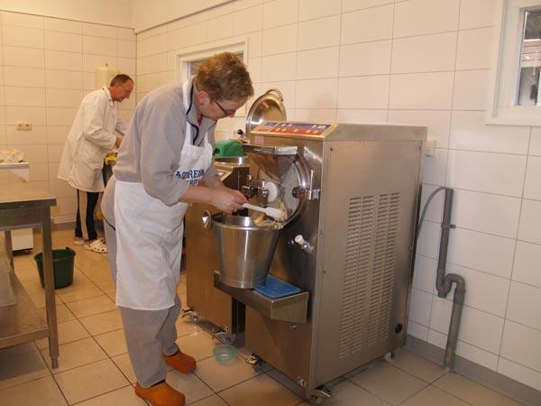 IJstijd bij de Geele Bosch. Het boerenbedrijf maakt gebruik van de beste Italiaanse ijsmachines.