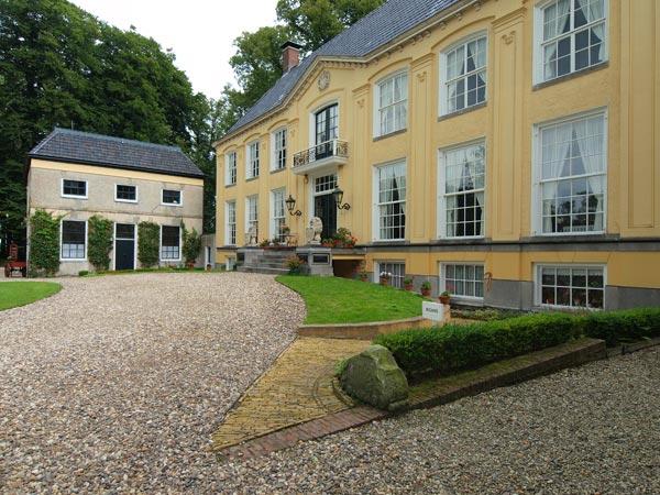 Eén van de meest authentieke en fraaist ingerichte kastelen is Fogelsanghstate in Veenklooster.