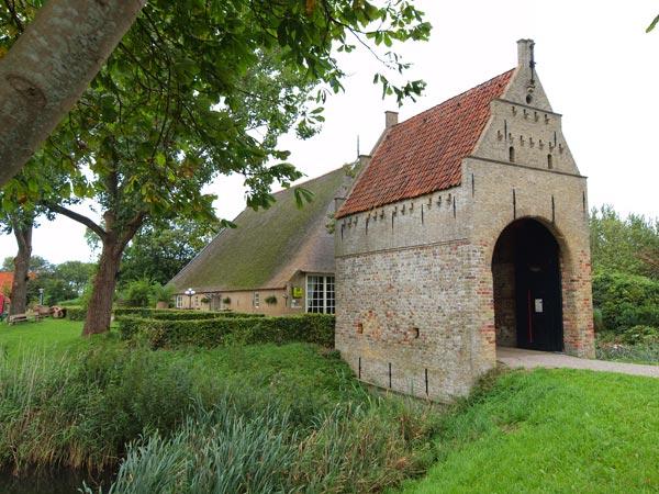 Liauckamastate in Sexbierum: alleen het poortgebouw en de boerderij overleefden de afgelopen eeuwen.