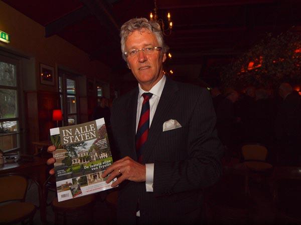 """Commissaris van de Koningin John Jorritsma, hier met de nieuwe brochure over de Friese adellijke huizen: """"Staten en stinzen geven smoel aan de provincie."""""""