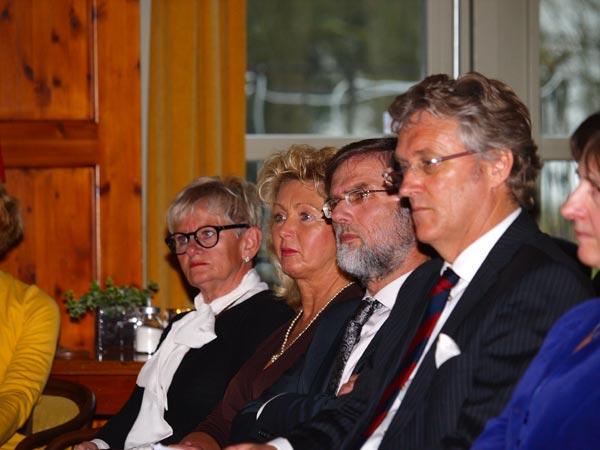 Burgemeester Bilker (tweede heer van rechts) ontving 19 juli 2011 de 92-jarige Hare Hoogheid Woizlawa Feodora Prinses Reuss, Hertogin van Mecklenburg-Schwerin in Kollum. De secretaresse (tweede dame van links), die de prinses toen vergezelde, was 16 maart 2012 in gezelschap van de Friese royaltykenner bij de officiële opening van het Jaar van de Historische Buitenplaats in Oentsjerk.