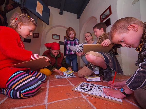 Kinderen voeren aan de hand van het stripboek Mark en Ant opdrachten uit.