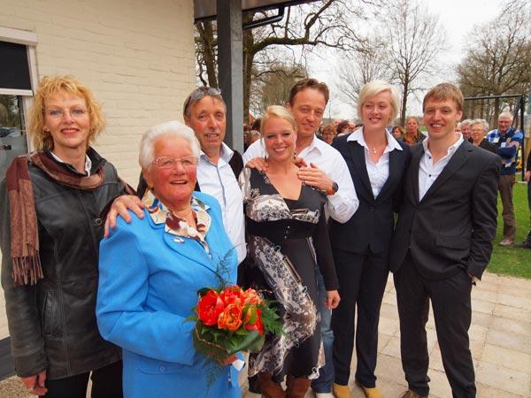 """Achter hotel en restaurant De Stripe staat een hele familie: V.n.l.r. Mevrouw Ymkje Postma, (echtgenote van eigenaar Pieter de Vries), mevrouw Alie de Vries –Postma (de moeder van eigenaar Pieter en de """"beppe"""" (oma) van Geralda en Siep de Vries), Pieter de Vries (eigenaar), Geralde de Vries (dochter eigenaar en beheerder en ontwerper van de website), Marcel Nauman (de vriend van Geralda), Laura Vondeling (gastvrouw en vriendin van Siep de Vries, zoon van eigenaar Pieter de Vries) en Siep de Vries (chef-kok en gastheer)."""