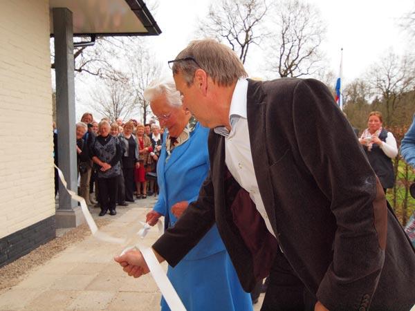 """""""Beppe"""" Alie de Vries (86) verrichtte de officiële opening sneller dan menig burgemeester. Dat is waarschijnlijk ook de reden waarom zij de opening mocht doen: hotelbaas Pieter de Vries houdt van tempo."""