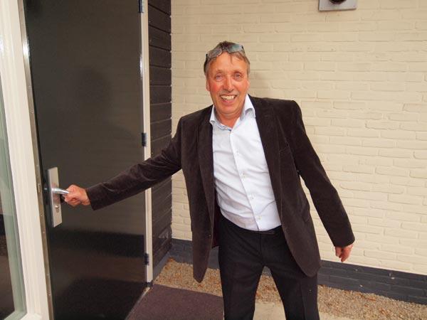 """Pieter de Vries opent als eerste de hotelingang: """"Wolkom yn De Stripe, wolkom yn De Fryske Wâlden."""""""