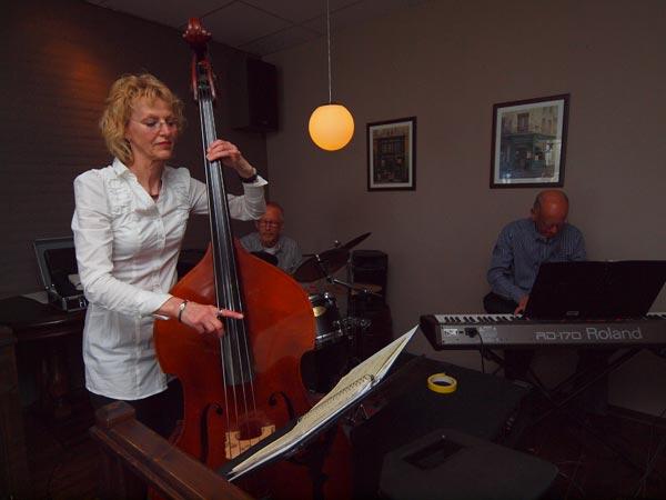 Hotelbazin en muzieklerares Ymkje Postma trad 2 april op in haar eigen bedrijf.