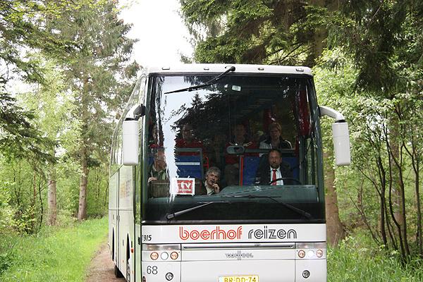 RTV Drenthe was de eerste boeker van het Kuinderbos-arrangement. Harco Bergman zit op de stoel van de reisleider.