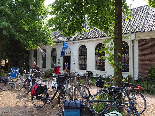 In het bezoekerscentrum Mar en Klif aan de Brink in Oudemirdum is ook de VVV van Gaasterland gevestigd. Die staat ook onder leiding van Iris Nutma van Mar en Klif. Het informatiecentrum biedt een ruime kijk op de ontstaansgeschiedenis van de zuidwesthoek van Friesland en de hedendaagse natuur en cultuur. Er zijn onnoemlijk veel fiets- en wandelroutes verkrijgbaar.