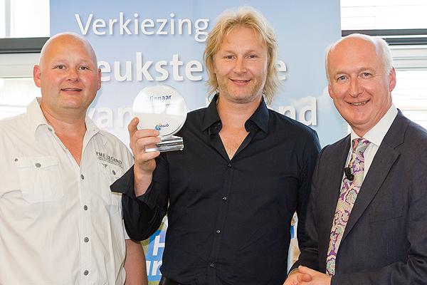 Guido van Woerkom (rechts), hoofddirecteur van de ANWB, reikte de prijs uit aan Jeroen (links) en Thomas Maarssen (midden).