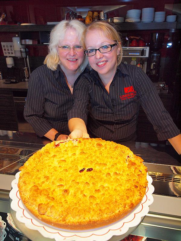 Yolanda (52) en Elvira (22) met de Friese vlaai, Terschellinger  kruimelvlaai. De bodem is gevuld met appel en cranberry. De bovenlaag  bestaat uit boterkruimels, gedecoreerd met stukjes cranberry.