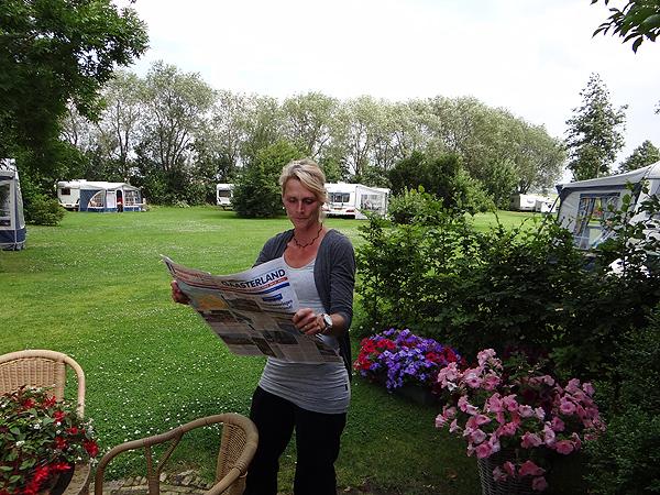Tea Leffertstra van boerderijcamping De Tjasker in Wyckel ontving vorige week de eerste nieuwe toeristenkaart van Gaasterland en Sloten.