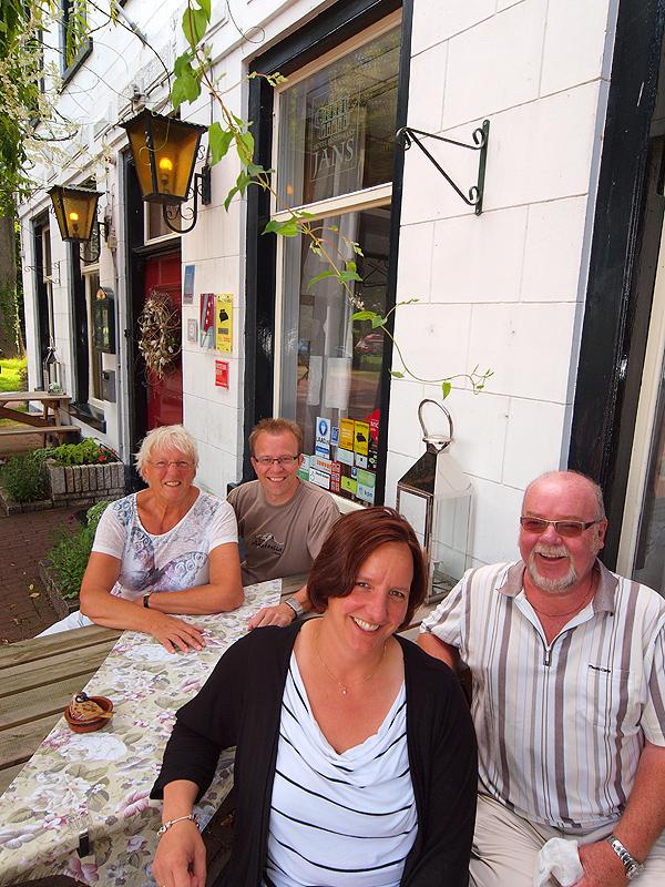 De reünie: op de voorgrond Geeske Wiendels-Breunesse (37) en Jo  Steenbakkers (72). Achter hen Zieta Steenbakkers (75) en Victor Wiendels  (37).