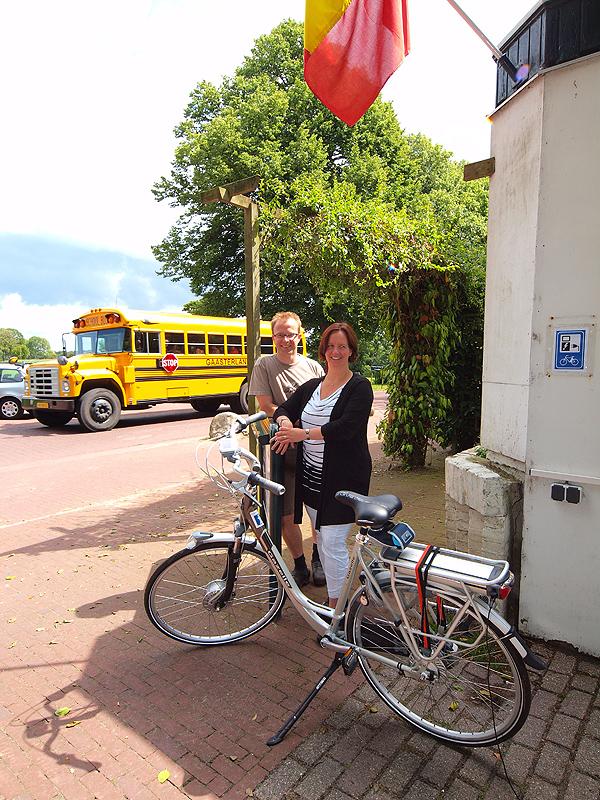 Geeske en Vicor Wiendels, beiden 37, hebben een geliefd historisch logement: hotel Jans aan de Mientwei in Rijs, naast het Rijsterbos en vlakbij de IJsselmeerstranden. Gasten van het restaurant en het hotel hebben meerdere oplaadpunten tot hun beschikking en er is een goede, afsluitbare fietsenberging.