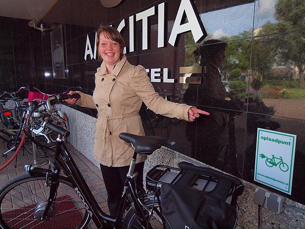 Hotel Amiciti, het hotel in Sneek voor Elfsteden sloep- en fietsvakanties van Friesland Holland Travel, heeft met een camera bewaakt oplaadpunt bij de ingang van het hotel, vlakbij het terras.