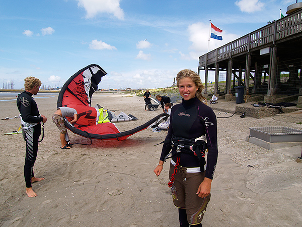 Internationaal wedstrijdsurfer Judith Roetman (rechts) geeft onder andere les op het strand van Harlingen. Onlangs werd ze gefilmd in Hindeloopen door de TROS televisie voor het nieuwe programma 'De invasie' met de rappers Brownie Dutch, Murda Turk, Nega, Kleine Viezerik, Mr. Polska en Sjaak.