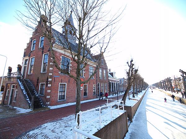 Het 17-de eeuwse raadhuis van Balk aan de bevroren Luts (11 februari 2012).