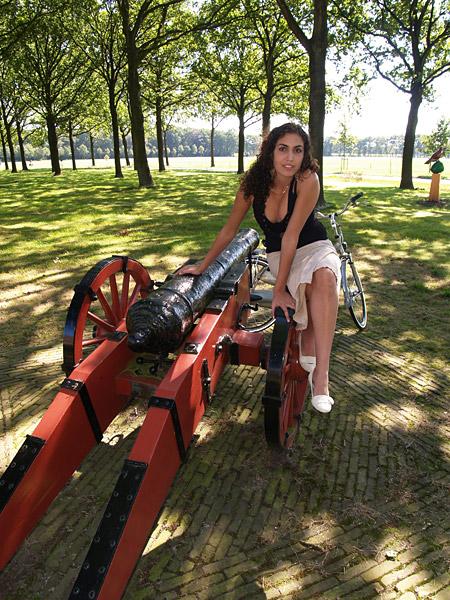 """Oldeberkoop wordt in 1228 voor het eerst in geschriften genoemd als """"Brokope"""" als verzamelplaats van Friese strijders die Drenthe wilden inrekenen. """"Brok"""" (broek) staat voor weide, """"ope"""" is water."""