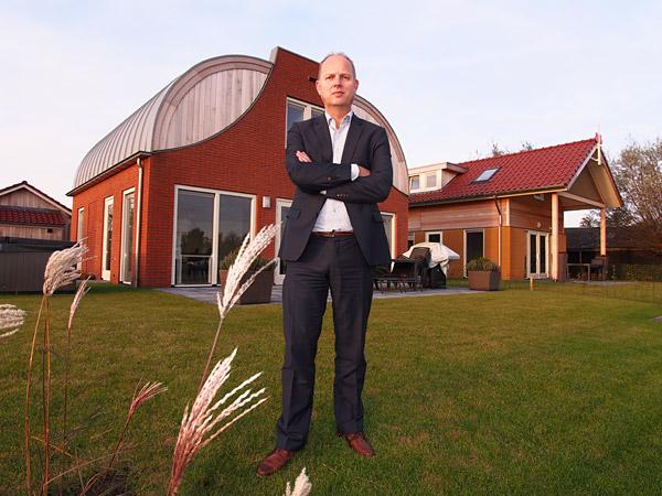 Bert Rotteveel voor zijn nieuwe modelwoningen in de tweede fase, 56 stenen vakantiehuizen aan het water.