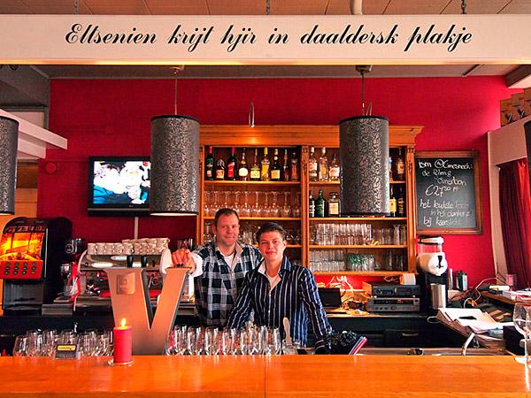 Joris Hagting (links) en Martijn Boersma vormen met Anita Peelen het driehoofdige managementteam van hotel-restaurant De Daaldersplaats, Stationsstraat 66 in Sneek. www.daaldersplaats.nl