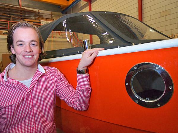 Student Mark de Schiffart, met 21 jaar waarschijnlijk de jongste jachtbouwer van Nederland, bouwde een koninklijke kajuitsloep. De boot wordt onthuld bij aanvang van de grote watersportbeurs Boot Holland in WTC Expo in Leeuwarden door toerismegedeputeerde Jannewietske de Vries van de provincie Fryslân op vrijdag 8 februari 2013 om 13.15 uur in de de stand van het bureau voor toerisme Friesland Holland in de motorbotenhal.