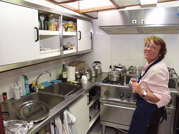 Professionele keuken en kok aan boord.