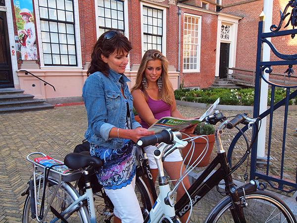 Stadspaleis Princessehof maakt deel uit van twee routes van het bureau voor toerisme Friesland Holland, de Elfstedenroute en de Oranje Nassau Route (Gouden Friese Wouden). Info: www.frieslandtravel.nl