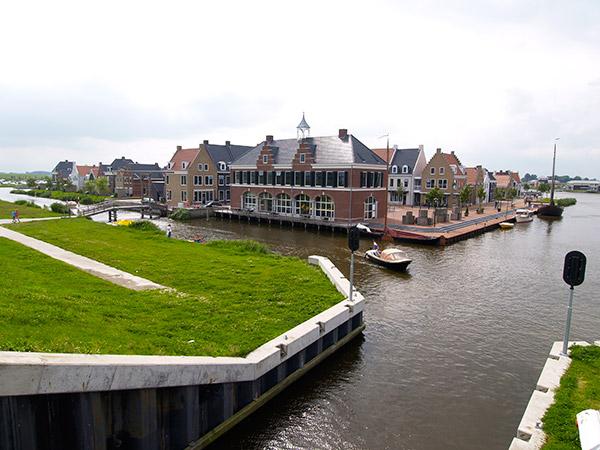 Vakantiewoningen zouden de woningnood kunnen verlichten. Er zijn in Friesland zelfs al vakantiestadjes met alles erop en eraan, zoals Esonstad (Anjum, Oostmahorn).