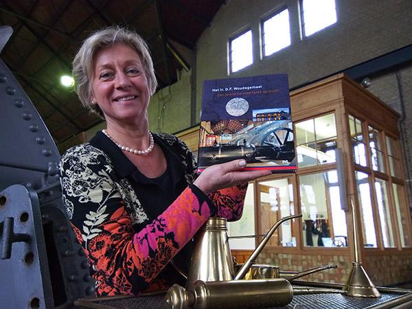 Hilda Boesjes, directrice van het bezoekerscentrum van het Woudagemaal, is trots op het naslagwerk dat onlangs verscheen.