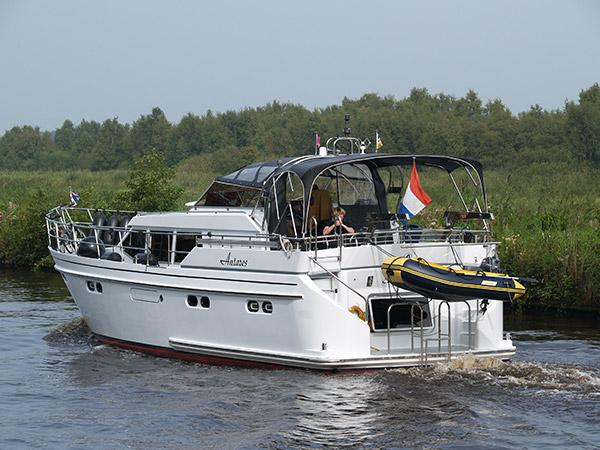 Dit royal class motorjacht van Yachtcharter Turfskip in Echtenerbrug is bijna 15 meter lang, begrensd tot een topsnelheid van 20 km per uur en is daarom vaarbewijsvrij.