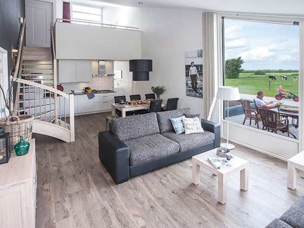 In Friesland vind je voor elk budget een bed. Heel luxe, maar toch heel betaalbaar, zijn bijvoorbeeld de vakantiehuizen van de voormalige boerderij de Greidpleats in Snikzwaag bij Joure.