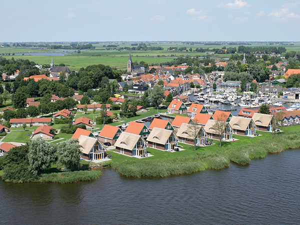 Meerdere Friese bungalowparken liggen aan de oever van een meer en aan de rand van een gezellig dorp, zoals De Pharshoeke aan het Hegermeer in Heeg.