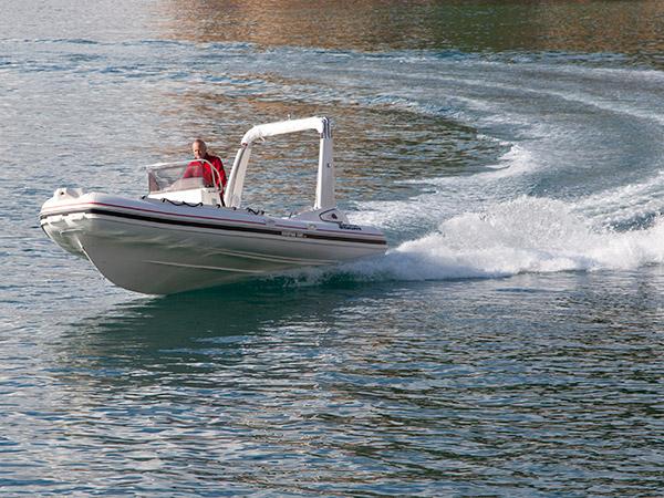 Voor deze RIB van Yachtcharter De Schiffart in Terherne heb je een vaarbewijs nodig.