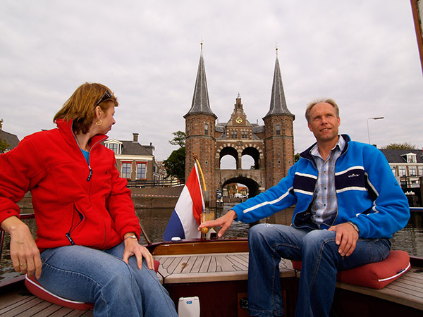 Het toppunt van de sfeer van weleer: met een klassieke platbodem van Heech by de Mar uit Heeg langs de Friese Elf Steden. De Elfstedenroute is geheel vernieuwd. Alle lage bruggen zijn verhoogd tot een doorvaarthoogte van 2,40 m en de vaargeulen zijn uitgediept tot 1,30 m. De tocht duurt een week.