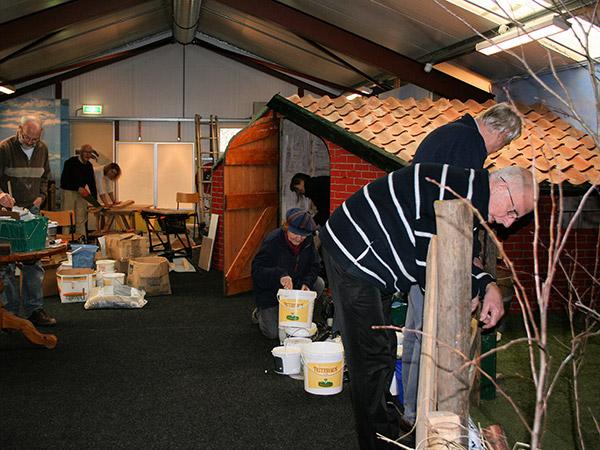 Vrijwilligers bouwen een nieuw natuurmuseum op het terrein van SanjesZoo.