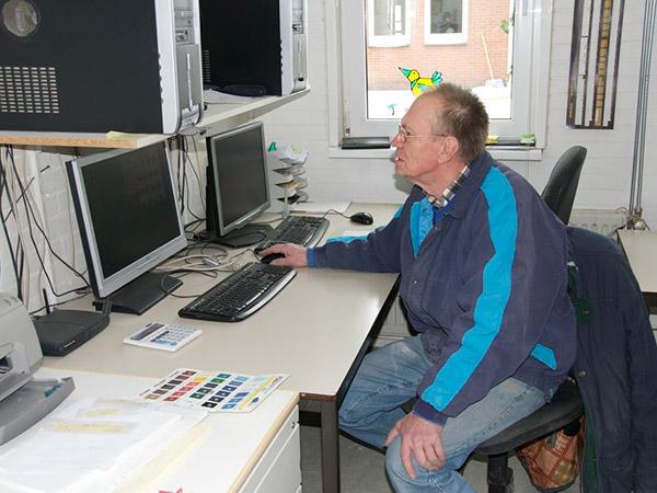 De modelbouwer, Henk Brandwijk uit Valthermond, bestudeert het oorspronkelijke ontwerp van Anton van der Werff.