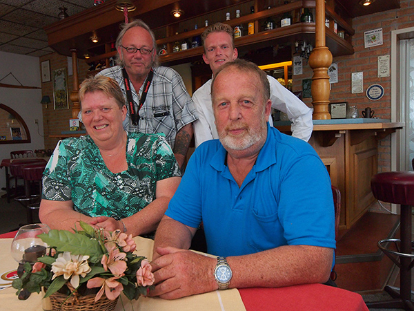 Zittend Idske en Gerrit Hoekstra, achter hen vriend en hulp Ed Hendriks uit Schiedam en zoon Alex (v.l.n.r.)