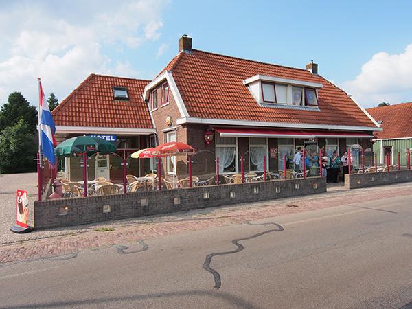 Hotel-café-restaurant De Blesse aan de Spoorlaan in De Blesse.