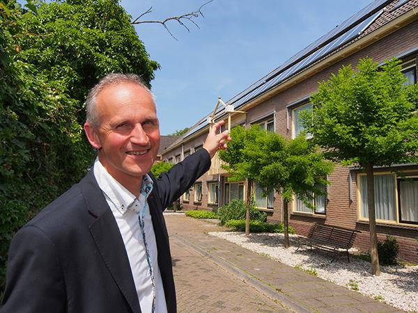 """Gerard Haitsma wil Workum op de kaart zetten als één van de boeiendste en meest levendige IJsselmeerstadjes. Hij benadrukt met het wijzen naar de zonnepanelen op het dak van """"zijn"""" nieuwe hotel het beleid van de directie inzake duurzaamheid."""