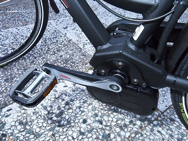 De klomp aan de trapas van de Batavus Garda E-go is de middenmotor van Bosch.