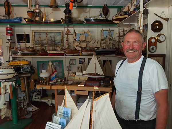 Conservator en scheepsbouwer Auke de Vries.
