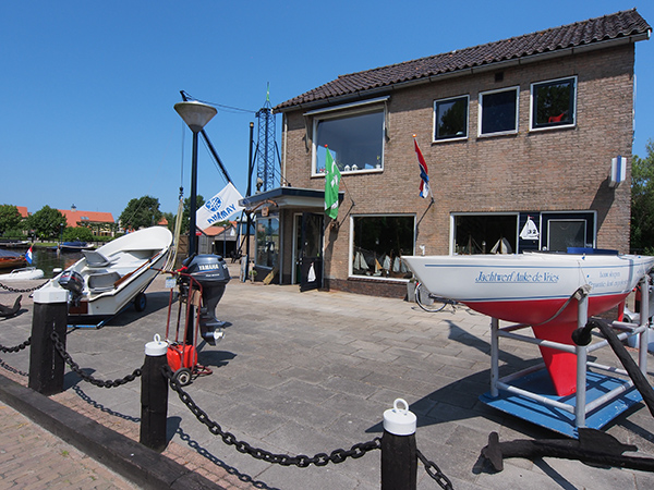 Het watersportservicebedrijf én museum van Auke en Carla de Vries aan de Oasingaleane in Langweer.