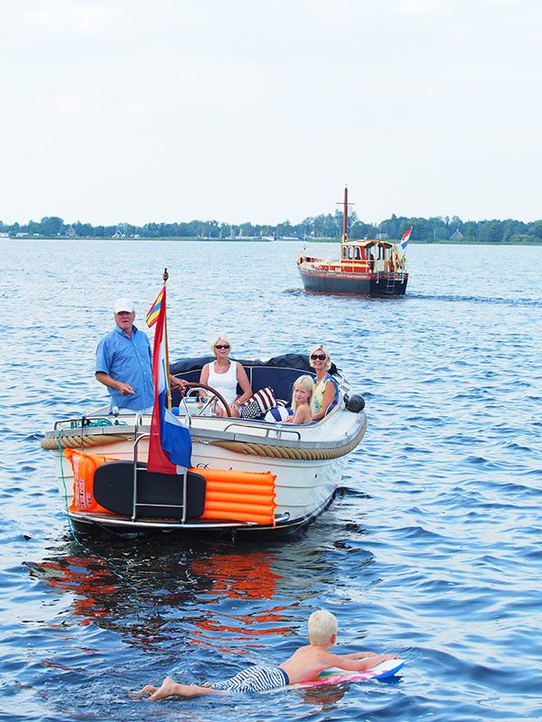 """Captain Wiebe Bakker stopt als hij redacteur Albert Hendriks van Fries Nieuws foto's ziet maken vanaf de oever van de Belterwielde, het meer tussen Wanneperveen en Belt-Schutsloot. """"Maak jij ook reclame voor Giethoorn?"""""""