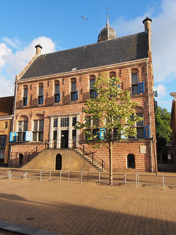 Martenastins is een kasteel met veel gezichten, midden in Franeker, een Elfstedenstad met ontzettend veel monumenten. Achter de stins ligt een vrij toegankelijk park.