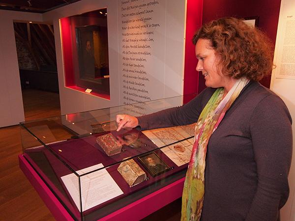 Manon Borst, conservator van Museum Martena in het Franeker kasteel, heeft objecten van de slimste Friezen in huis, zoals Anna Maria van Schurman (1607-1678). Anna Maria van Schurman heeft als kind vermoedelijk gewoond in de Martenastins, het stadskasteel, toen haar vader en broer in Franeker studeerden. Anna Maria van Schurman was de eerste vrouw die in Nederland aan een universiteit gestudeerd heeft. Dat was niet in Franeker, toen was ze nog te jong, maar aan de universiteit van Utrecht. Als kind bleek al dat Anna Maria zeer getalenteerd was. Zo leerde zij Latijn, wat voor een vrouw in die tijd zeer uitzonderlijk was. Daarnaast bestudeerde verschillende andere Europese talen, Grieks, Hebreeuws, Aramees, Syrisch en Ethiopisch.