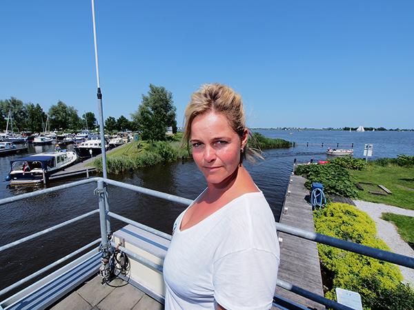 Minke Adema, de Friese Tatjana, op het dak van haar kantoor aan de Langweerder Wielen.