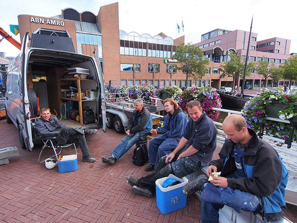 Bouwvakkers uit Joure en Langweer schaften op de Prins Hendrikbrug waar zij een VVV-kiosk bouwen.