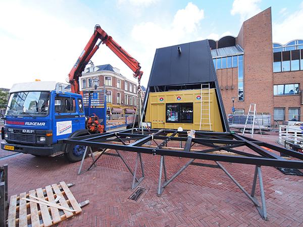 De kiosk in aanbouw op een prominente plek in het centrum van Leeuwarden, tussen het NS-station en het nieuwe Fries Museum.