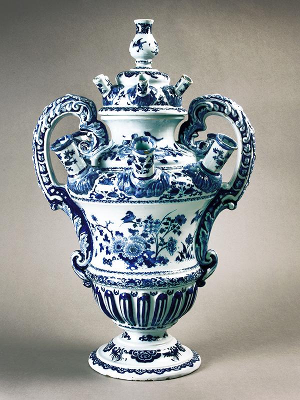 Bloemhouder van Delfts aardewerk Plateelbakkerij De Metaale Pot 1785-1790 aardewerk met tinglazuur.