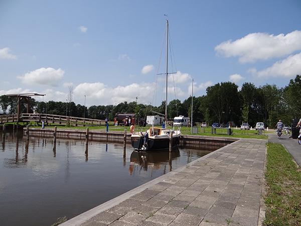 Burdaard is een van de weinige plekken aan de Elfstedenroute in het noorden van Friesland waar fietsers, pleziervaarders en camperaars een uitgebreide tussenstop kunnen maken danzkij de aanwezigheid van de gewenste voorzieningen op het gebied van horeca, parkeren en afmeren.